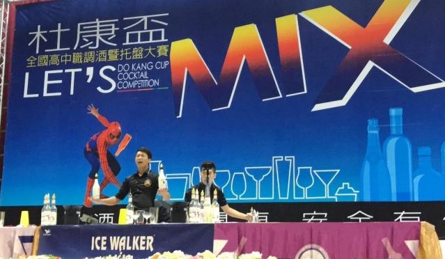 杜康盃調酒大賽14日在大仁科技大學登場,曾拿下2015年世界冠軍的傑出校陳鈺承,也特別返校擔任開場嘉賓,帶來創意花式調酒秀。(大仁科技大學提供)