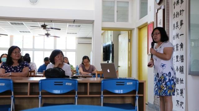 董憓陵老師(右)說,幫助孩子將中文「閱讀力」轉化成具有組織、邏輯及表達特性的「寫作力」是家長最大的期盼。(記者李擷瓔/攝影)