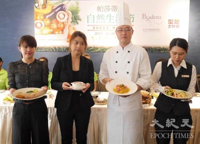 主廚楊國誠(右2)設計的 「自然生活套餐」,運用了許多高雄在地食材。