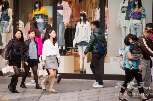 國內經濟從去年下半年起逐步回溫,不過,第一季民間實質消費成長率預估仍偏保守。(記者陳柏州/攝影)