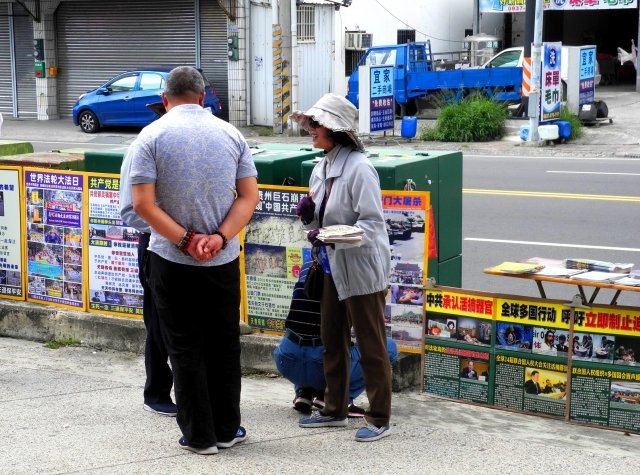朱阿妙(右1)在景點向大陸遊客講真相。(記者龍芳/攝影)