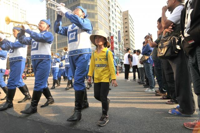 天國樂團參與桃園管樂嘉年華管樂踩街秀,小朋友開心跟爸爸演出。