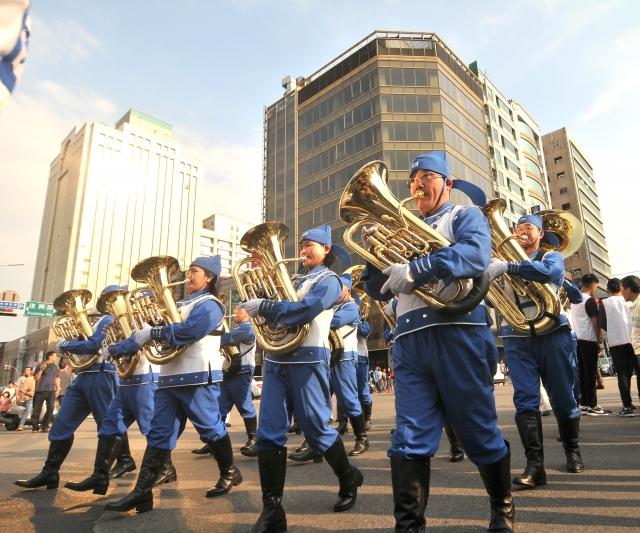 天國樂團參與桃園管樂嘉年華管樂踩街秀頗受好評。(記者王仁駿/攝影)