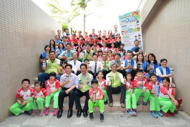 彰化縣政府禁止所有含糖飲料進入校園,鼓勵同學多喝水。(記者郭益昌/攝影)