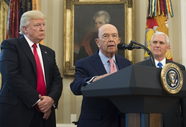 美國商務部長羅斯(中)11日宣布美中全面經濟對話「百日計畫」早收清單。(AFP)