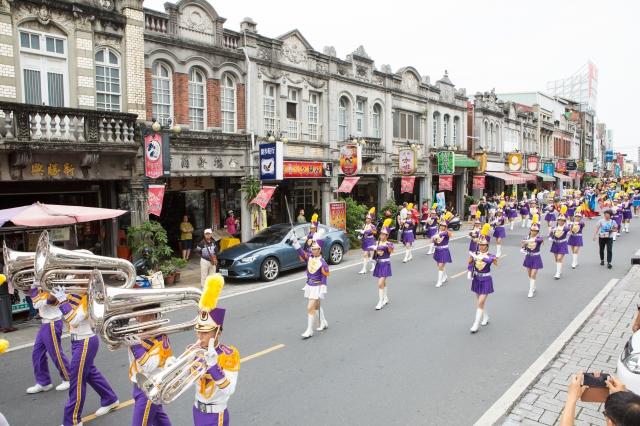 來自高雄的樹德家商樂舞儀旗隊,他們不只帶來精采的演出,高雄來的遊客也因為他們倍覺親切、光榮。