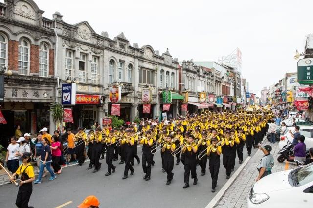 幾乎全由男生組成的「東石國中樂旗隊」,今年剛榮獲105學年全國音樂比賽特優的成績。
