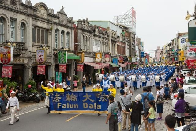 「天國樂團」由法輪功學員組成,他們希望透過音樂傳遞美好與祥和。