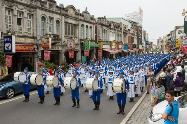 穿著古代宮廷樂團服裝的天國樂團經過新化老街,彷佛時光倒流。