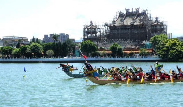 龍舟競爭激烈,各隊皆派出菁英奮力划槳。