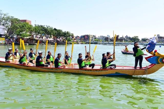 龍舟競爭激烈,奪標手開心慶賀。