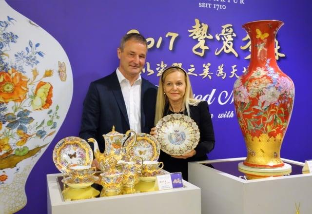 今年麥森瓷器工坊首席花卉畫家麥可大師(左),與擔任東方彩繪首席畫家的妻子芭柏安德斯(右),攜手推出以「摯愛麥森」為題的多款曠世巨作。(記者黃玉燕/攝影)