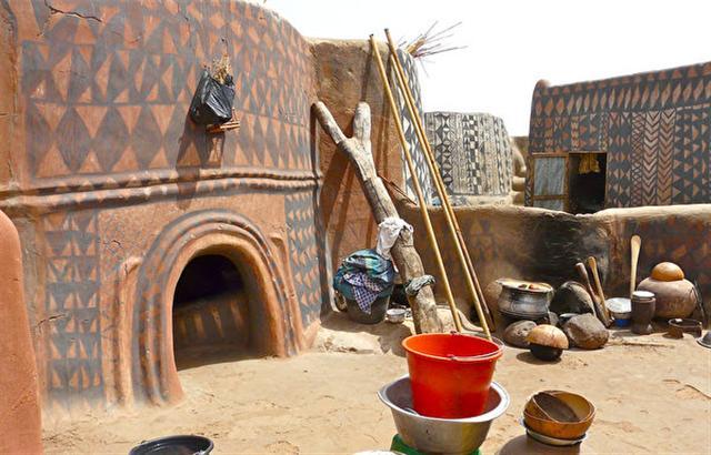布基納法索的卡塞納村,多彩的古龍西彩繪泥土住宅。(Rita Willaert/Flickr)