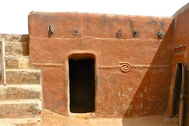 古龍西彩繪泥土住宅也運用了浮雕和陰線刻的手法。(Rita Willaert/Flickr)
