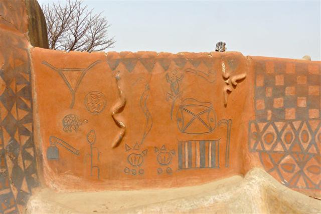 布基納法索的卡塞納村,房屋的彩繪和浮雕有著古老而神秘的寓意。(Rita Willaert/Flickr)