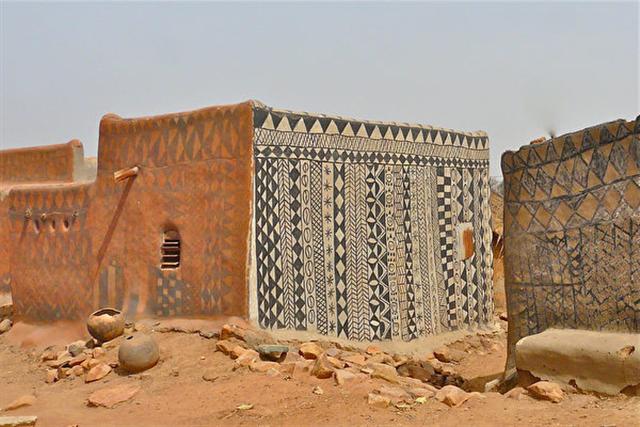 布基納法索的卡塞納村,古龍西彩繪泥土住宅成為部族文化的豐富表達。(Rita Willaert/Flickr)