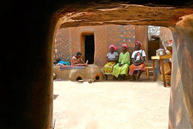 村中的婦女們是泥土住宅的彩繪者。(Rita Willaert/Flickr)