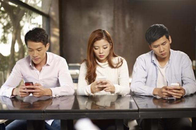 智慧手機這小玩意確實很方便,但卻容易害人上癮。(Fotolia)