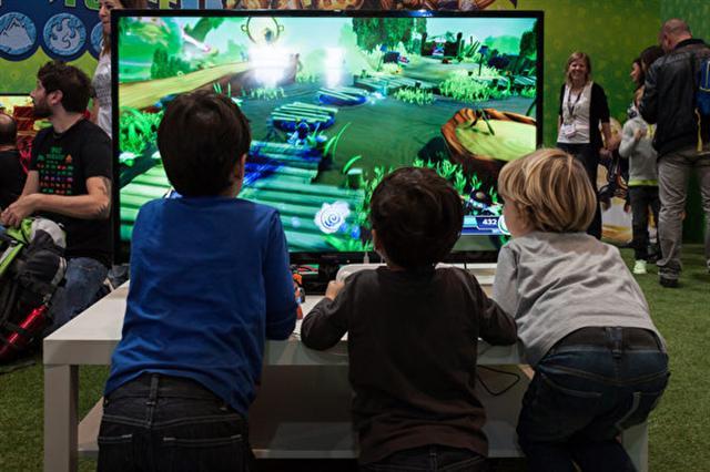 看似無害的小小休閒可以迅速變成習慣,只讓孩子娛樂20分鐘的小玩意,現在會占用1個小時,甚至欲罷不能。(Tinxi/Shutterstock.com)