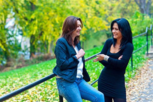 人們總是會欣賞好的傾聽者,而提問可以讓你展開與他人的對話。(fotolia)