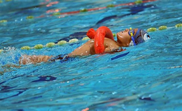 2016年11月22日,伊斯梅爾在薩拉熱窩的Spid游泳俱樂部,輕鬆從泳池起點游到終點。兩週後的12月3日即是聯合國國際殘障日。在波斯尼亞,10人中就有一人為殘障人士。(ELVIS BARUKCIC/AFP/Getty Images)