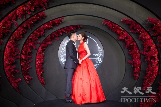 安以軒(右)與澳門德晉集團CEO陳榮煉(左)23日在台北舉辦婚宴。