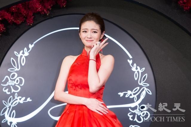 安以軒戴著10.57克鑽戒,象徵「十分完美我妻」。