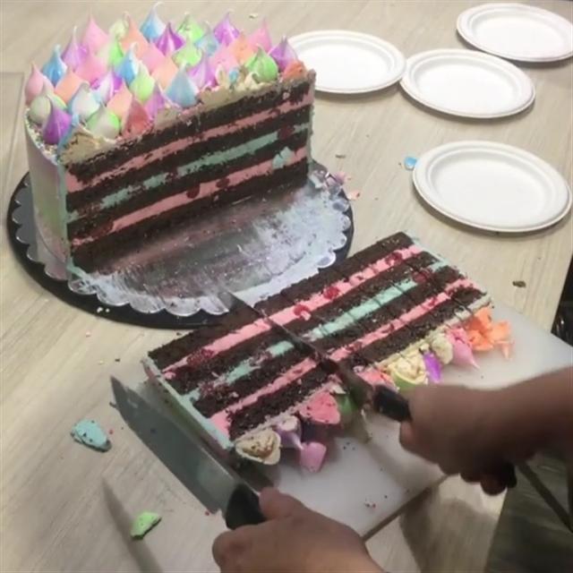 蛋糕別切成長長的小方塊。(影片截圖)