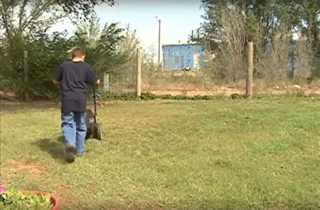 歐斯曼在烈日下割草。(影片截圖)