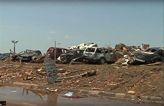 歐斯曼目睹俄克拉荷馬州遭颶風攻擊後的慘況,決定募更多的錢來救助災民。(影片截圖)