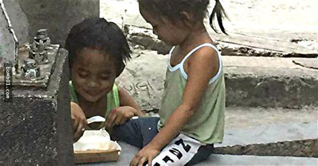 小男孩喜悅地給小妹餵吃的。(網路圖片)