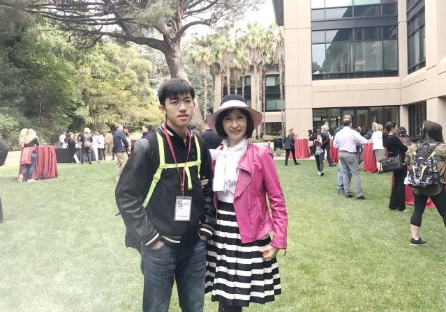 黃業棠與母親參加史丹佛大學新生歡迎會。(陳香蘭提供)