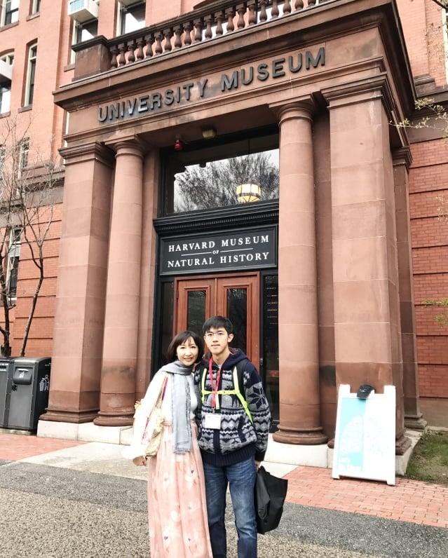 黃業棠與母親參加哈佛大學新生歡迎會。