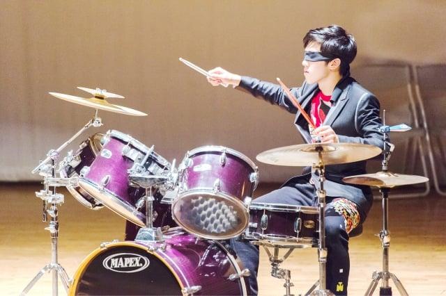 黃業棠在惠明盲校當志工,蒙著眼演奏爵士鼓感受盲人的辛苦。