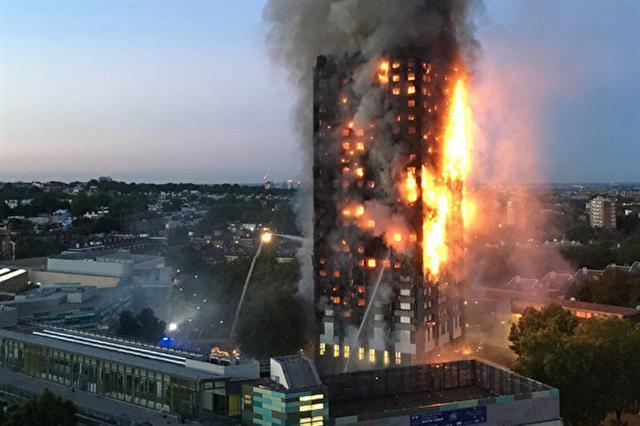 6月14日凌晨,倫敦格倫費爾大廈發生大火,整棟公寓樓完全被大火吞噬。(NATALIE OXFORD/AFP)