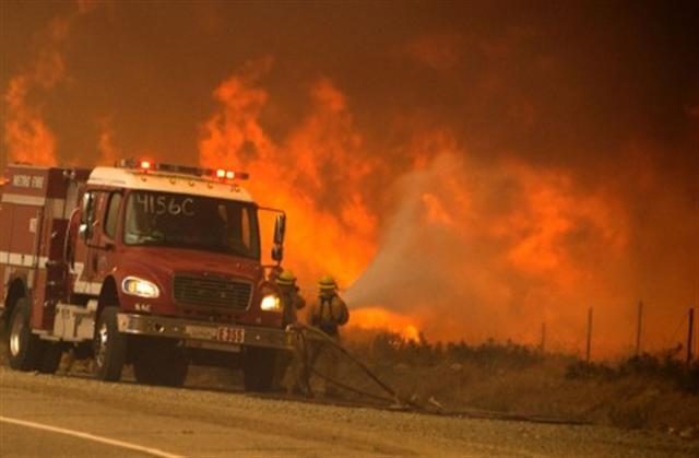 圖為2016年卡洪山口(Cajon Pass)地區爆發的藍刻大火(Blue Cut fire)。