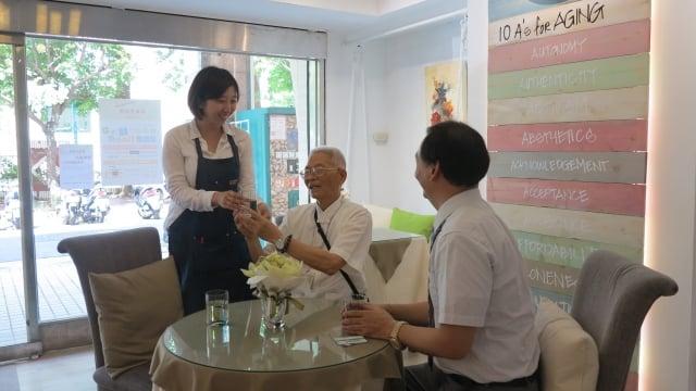 在社區有提供長照服務的餐飲店,就如同過去的「甘仔店」,老人來店裡喝茶聊天,駐店店長就是有執照的社工人員,長照2.0的服務可以即刻啟動。