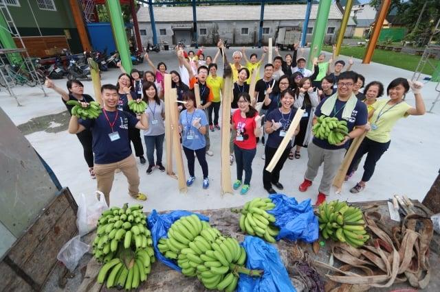 中山大學徵選全台20名大學生一同到高雄市旗山區糖廠社區,展開為期兩天的農村體驗。(國立中山大學公事所提供)