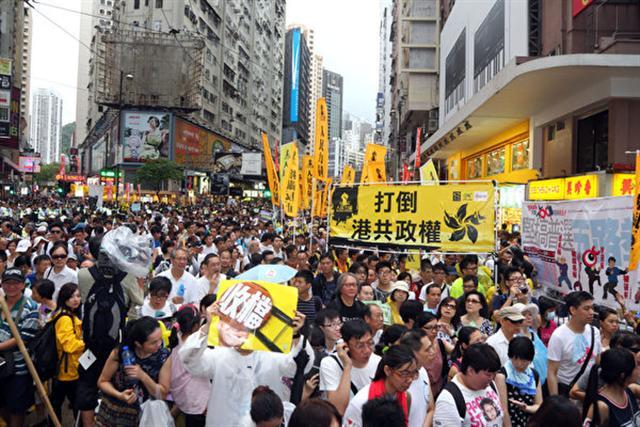 2013年七一大遊行的主題為「人民自主,立即普選,佔領中環,蓄勢待發」。圖為2013年7月1日,香港,參加遊行的隊伍。(潘在殊/大紀元)