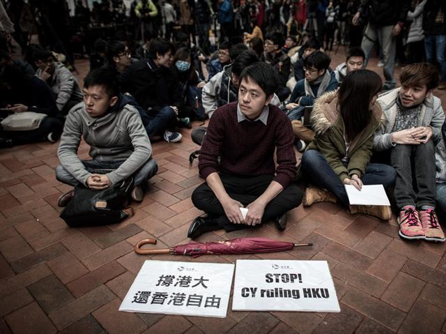 2016年1月20日學生在香港大學參加抗議活動。在親北京官員被任命為高級職務之後,他們因為越來越擔心加劇對學術界的政治干預。(Philippe Lopez/AFP/Getty Images)