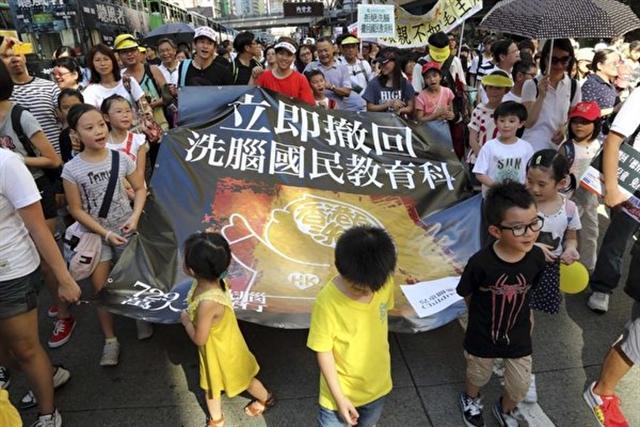 2012年民間反對國民教育科大聯盟29日的反洗腦教育大遊行,獲9萬人上街響應,齊齊向中共洗腦教育說不。隊伍由小朋友領頭。(潘在殊/大紀元)