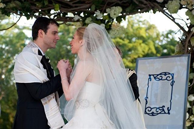 雀兒喜(Chelsea Clinton)和交往多年的男友梅茲文斯基(Marc Mezvinsky)在紐約州景色優美的小鎮萊茵貝克(Rhienbeck)郊外舉行了盛大婚禮。(Getty Images)
