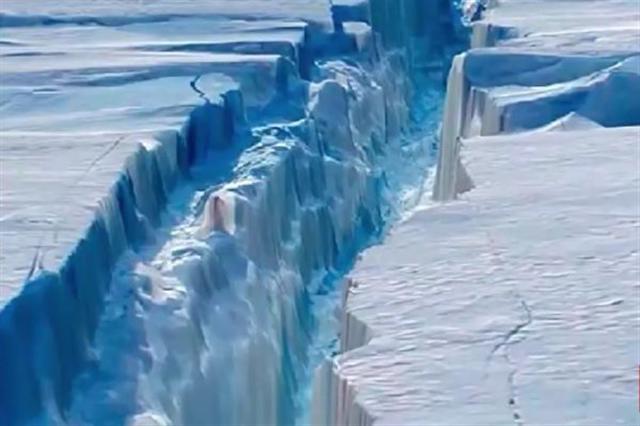 史上最大冰山之一已脫離南極,專家週三(7月12日)警告,這塊大冰山如果在海上崩塌,將嚴重威脅在南極附近航行船舶的安全。(YouTube影片截圖)