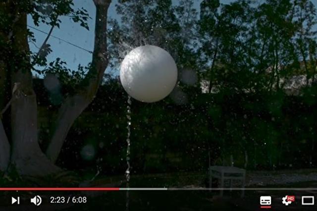 網上影片顯示,將塑膠球放在向上不斷噴出的水柱上,可使其漂浮其上。(影片截圖)