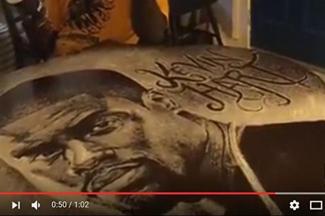 巴哈馬男子華勒斯(Allan Pachino Wallace)擅長用鹽畫知名人物的肖像。圖為美國喜劇演員哈特(Kevin Hart)。(影片截圖)