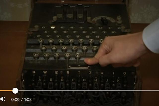 一台在羅馬尼亞跳蚤市場以100歐元售出的舊式打字機,其實是德國納粹的密碼機,它最近以450倍的價格在拍賣售出。(影片截圖)