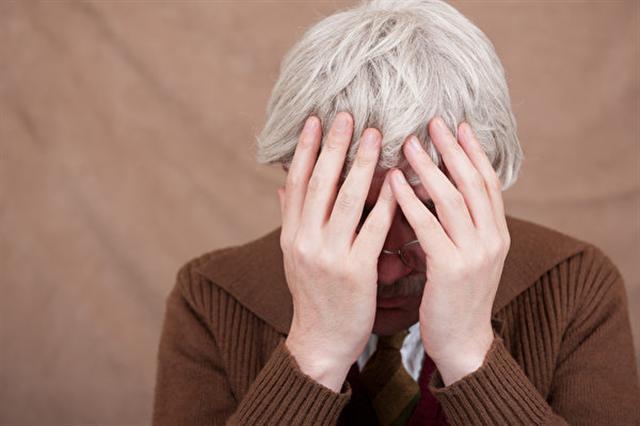 西班牙巴塞隆納自治大學的研究表明,一些抗癌新藥有使白髮變黑髮的副作用。圖為一名有白頭髮的老人。(Fotolia)