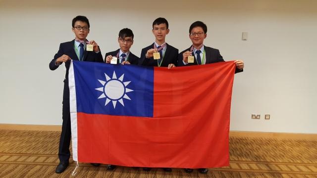 我國參加國際生物奧林匹亞競賽選手,左起盧謙、劉濬維、黎瑞廷、陳泰禕。(教育部提供)