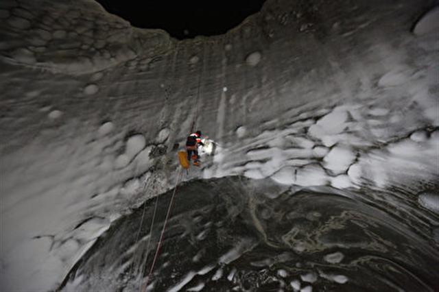 研究人員深入巨坑內。(RUSSIAN CENTRE OF ARCTIC EXPLORATION/VLADIMIR PUSHKAREV/AFP/Getty Images)