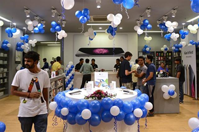 蘋果公司正在和印度政府談判,要求其給予蘋果供應商免稅措施,如果印度同意,蘋果手機生產基地將進駐印度。(SAM PANTHAKY/AFP/Getty Images)